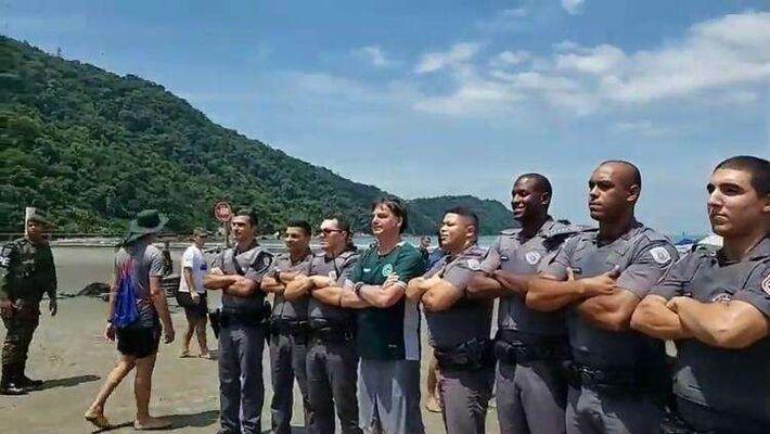 © Reprodução/Poder360 O presidente Jair Bolsonaro posou com policiais militares na praia