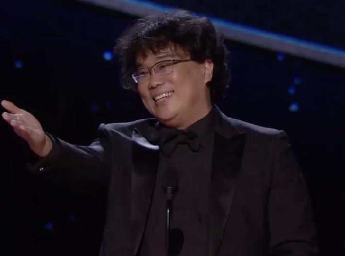 """O diretor Bong Joon-ho, de """"Parasita"""", comemora agradece pelo prêmio na categoria de melhor diretor"""