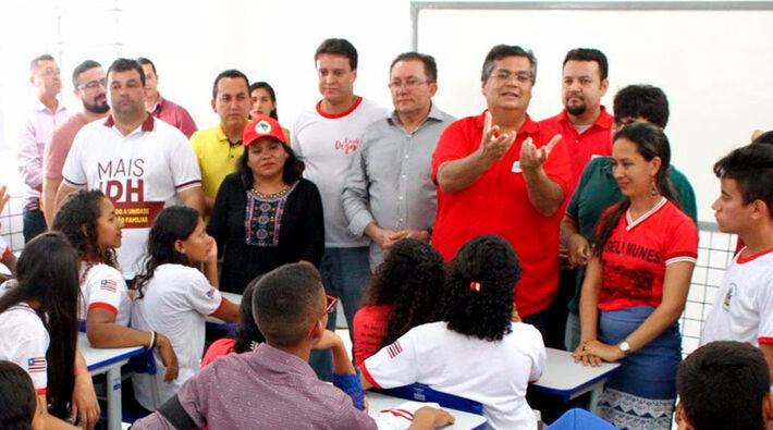 Flávio Dino em sala com professores e alunos do Estado