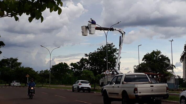 Homens da prefeitura trocam lâmpadas atrás do Ceasa