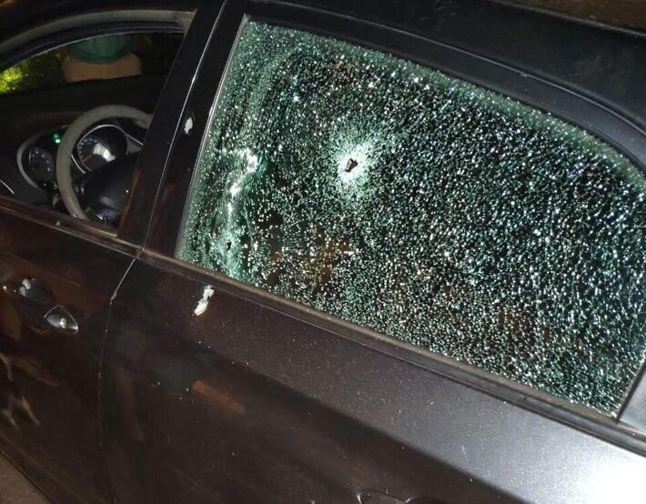 Carro ficou todo furado de balas