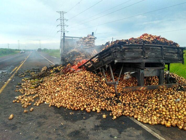 Caminhão carregado com frutas pegou fogo