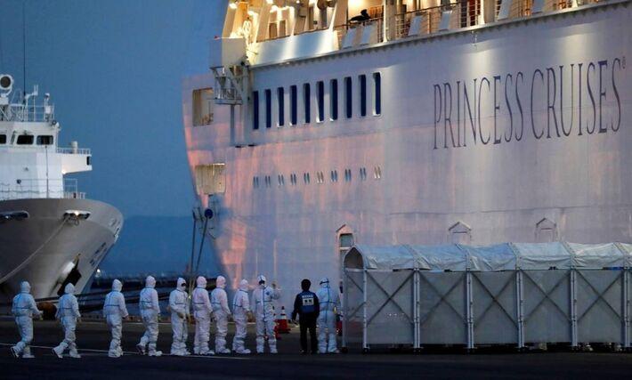 Agentes de saúde entram no cruzeiro Diamond Princess, mantido sob quarentena em Yokohama (Japão) após casos de infecção pelo novo coronavírus