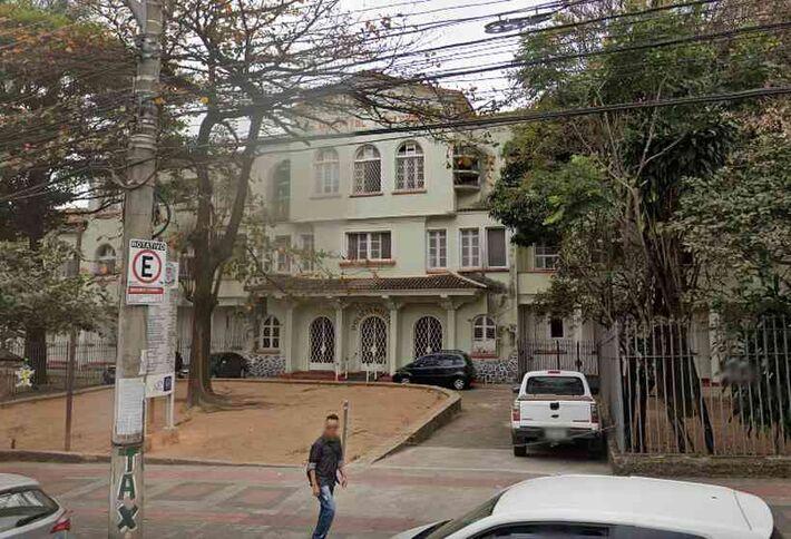Segundo gerente, um dos corpos teria saído do Hospital Militar, no Bairro Santa Efigênia. PM desmentiu a informação