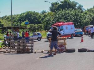 Revoltados com a situação, moradores fecharam a avenida com galhos e paus em sinal de protesto