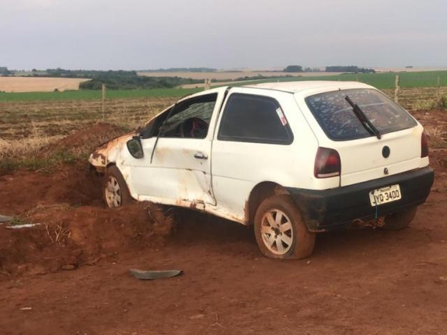 Automóvel ficou destruído às margens de estrada vicinal