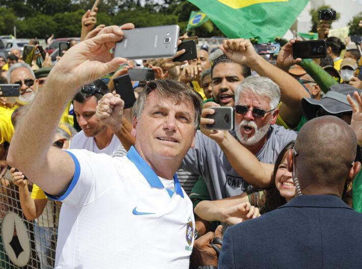 Foi à área externa do Palácio do Planalto e tirou fotos com manifestantes que estavam na Praça dos Três Poderes, do outro lado da cerca