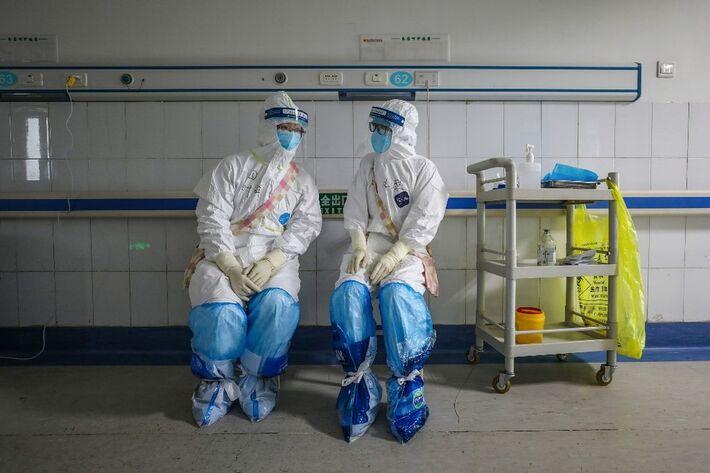 Médicos conversam em um hospital da Cruz Vermelha de Wuhan, na China, em 16 de fevereiro de 2020