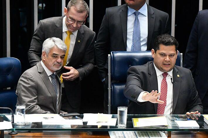 Presidente do Senado, Davi Alcolumbre (ao microfone), Humberto Costa e Fabiano Contarato (de pé) criticaram incentivo de Bolsonaro a aglomerações e ataques à democracia