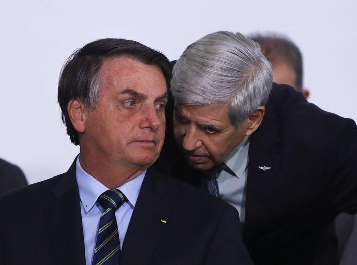 O presidente Jair Bolsonaro com o ministro Augusto Heleno (Segurança Institucional): chefe do GSI foi 1 dos ministros a fazer exames para o covid-19 junto com o presidente