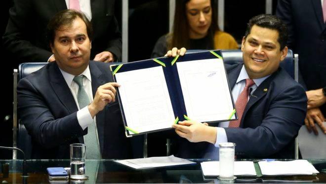 Rodrigo Maia e Davi Ancolumbre na promulgação