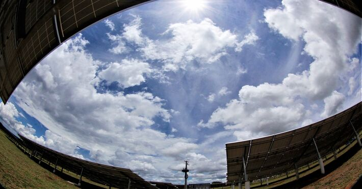 Sol entre nuvens em Campo Grande