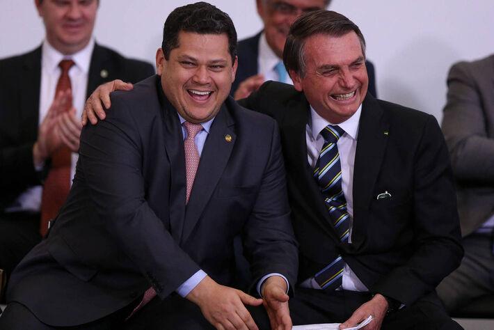 O presidente do Senado, Davi Alcolumbre (DEM-AP), e o presidente Jair Bolsonaro participam de solenidade que marca os 200 dias de governo, no Palácio do Planalto
