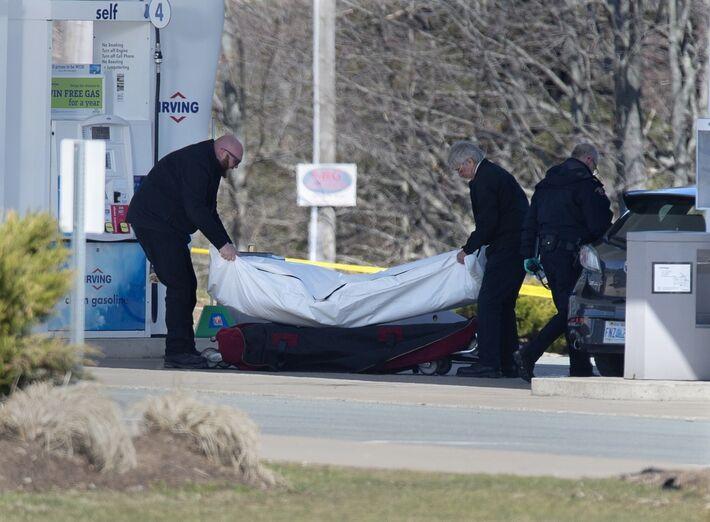 Equipe médica retira corpo de morto em tiroteio na costa leste do Canadá neste domingo (19)