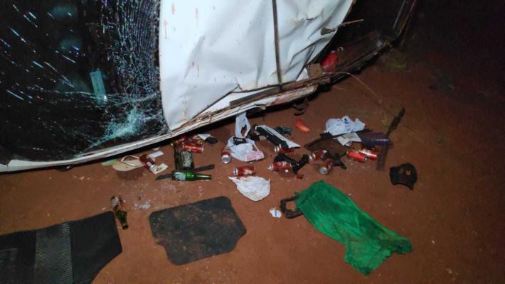 Latas e garrafas de cerveja ficaram espalhadas ao lado da Saveiro