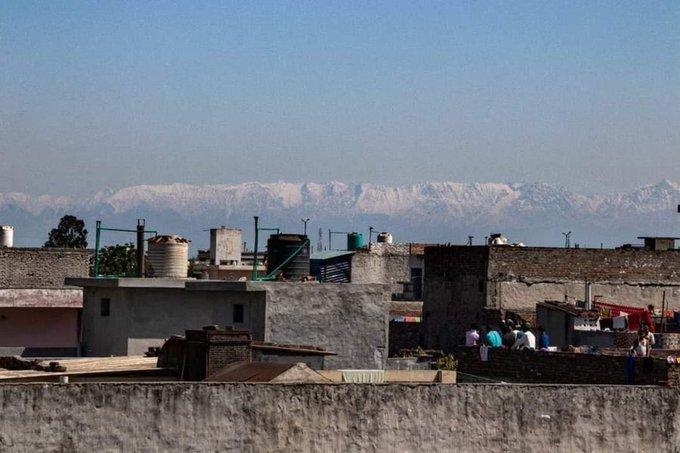 A cordilheira de Dhauladhar, no norte da Índia, é visível de cidades devido a uma queda nos níveis de poluição.