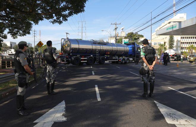 A polícia e o Exército têm escoltado caminhões de combustíveis para garantir o abastecimento de postos, mas ainda há escassez para o consumidor em 2018