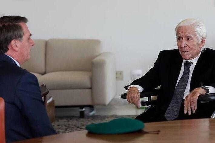 Bolsonaro recebe o tenente-coronel reformado do Exército Sebastião Curió Rodrigues de Moura, expoente da repressão da Guerrilha do Araguaia Bolsonaro recebe o tenente-coronel reformado do Exército Sebastião Curió Rodrigues de Moura, expoente da repressão