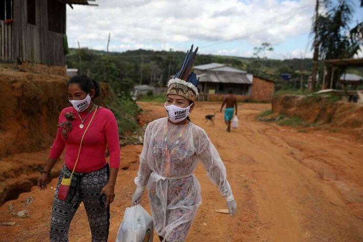 Vanderlecia Ortega dos Santos, 32, técnica de enfermagem indígena, que trabalha de forma voluntária em seu comunidade contra a Covid-19