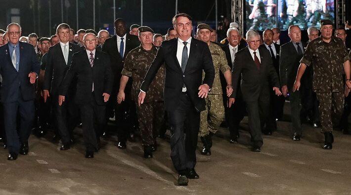 Bolsonaro durante desfile dos Artilheiros da Reserva, da Ativa e de Alunos da Escola Militar em Santa Maria (RS)