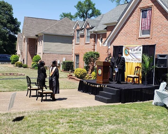 Gabrielle Pierce comemora sua cerimônia de formatura feita por seu pai