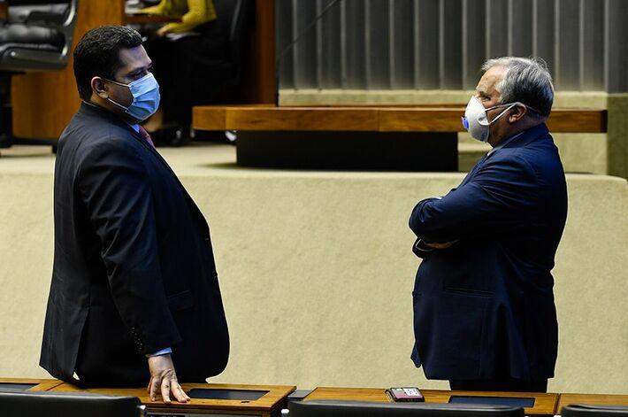 O senador Davi Alcolumbre, que preside a sessão do Congresso, conversa com o senador Izalci Lucas, relator de proposta de repasse de recursos para a segurança pública de estados