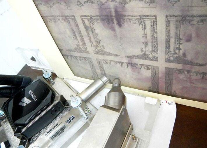 Rótulos de farmácia de Hercule Florence são vistos diante dos equipamentos usados para disparar raio X