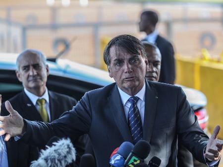 Jair Bolsonaro fala a jornalistas diante do Palácio da Alvorada, em Brasília