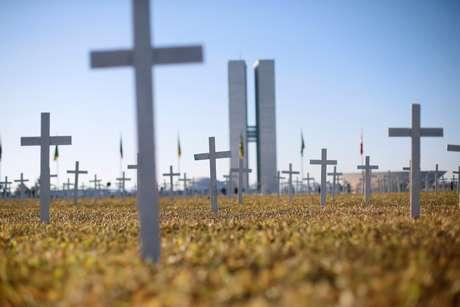 Cruzes que simbolizam os mortos pela Covid-19 em frente ao Congresso Nacional, em Brasília 28/06/2020
