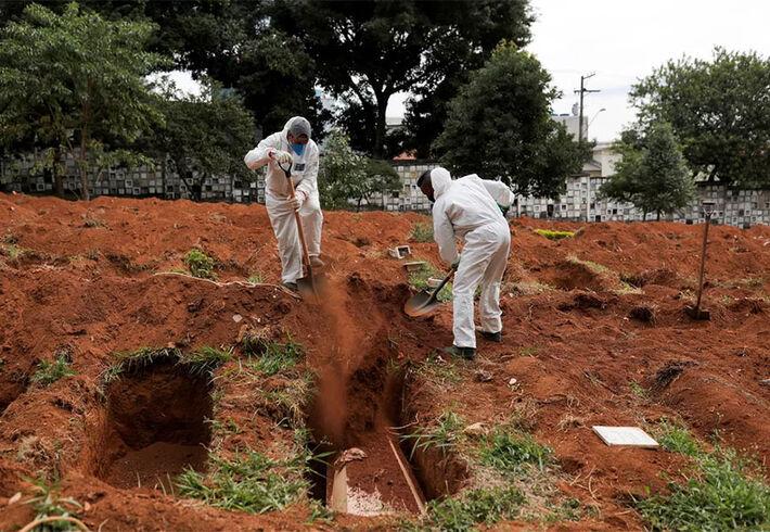 Imagem de enterro de uma vítima de Covid-19 no Brasil