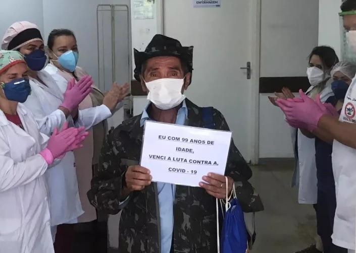 A equipe do Hospital Regional de Regional aplaudiu o paciente, que se despediu emocionado