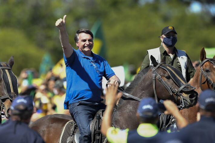 Presidente Jair Bolsonaro montado cavalo da PM em frente ao Palácio do Planalto durante manifestação no dia 31 de maio, no DF
