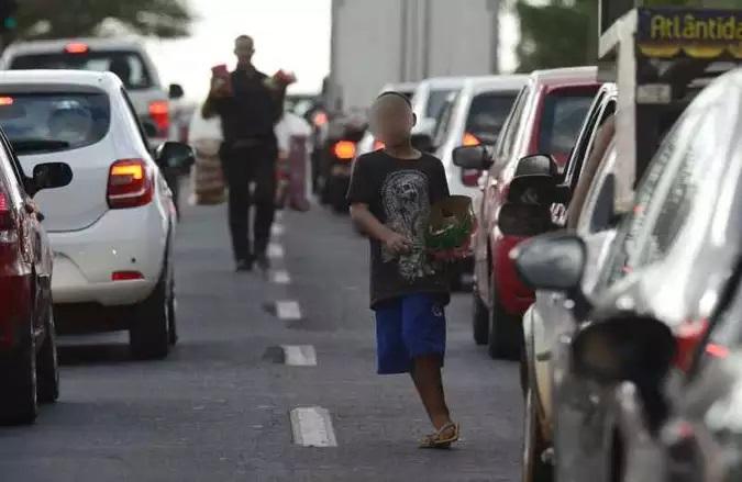 A venda de bala nos semáforos feita por crianças