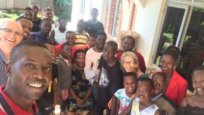 O médico italiano Antonio Loro com sua esposa e um grupo de jovens no hospital em Campala, Uganda