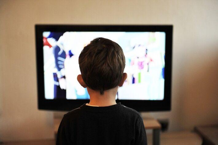 Criança assiste TV