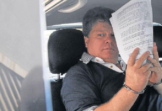 A esquerda - o ex-presidente do TJMS e a direira Gerson Palermo, que fugiu às 20h14. Ele colocou a tornozeleira às 12h