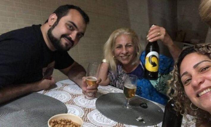 O advogado Luis Gustavo Botto Maia, com a mulher de Fabrício Queiroz, Márcia de Oliveira Aguiar, e a esposta do ex-policial militar Adriano Magalhães da Nóbrega