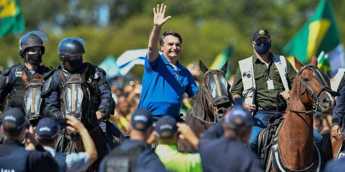 Bolsonaro passeou em frente ao Palácio do Planalto montado em um cavalo da PM
