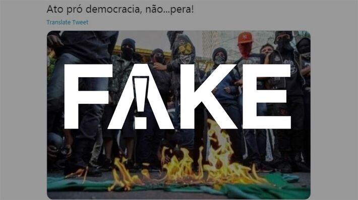 É #FAKE que foto de grupo queimando bandeira do Brasil seja de protesto pró-democracia no último domingo