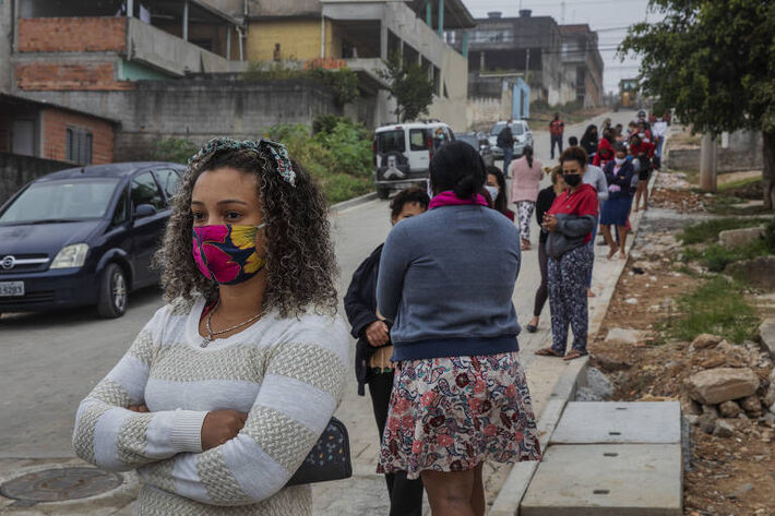 Moradores brasileiros a espera de sexta-básica