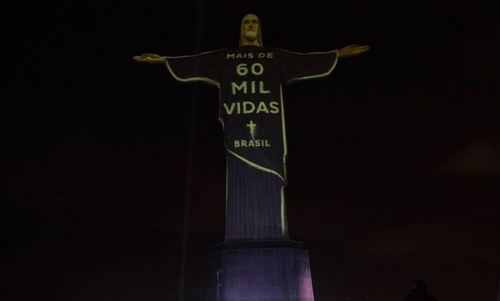 Projeção na estátua do Cristo Redentor em homenagem às vítimas do novo Coronavírus.