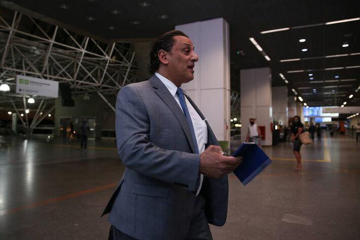 O advogado Frederick Wassef no aeroporto de Brasília