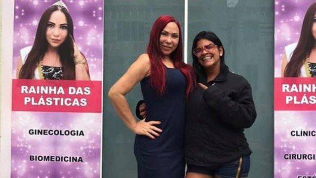 A funkeira Fernanda Rodrigues, de 43 anos, conhecida como MC Atrevida, morreu após uma lipoescultura ou hidrolipo, um procedimento estético, feito em uma clínica em Vila Isabel. Na foto, a funkeira (D) com a dona da clínica, Wania Tavares, a Rainha das Pl