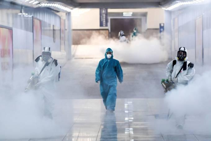 Segundo a embaixada, mais de 100 mil pessoas já foram contaminadas por essa nova pneumonia (