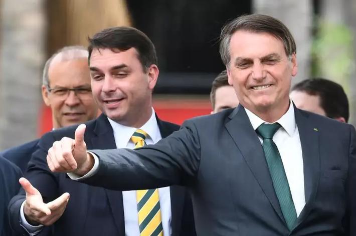 O presidente Jair Bolsonaro e o filho