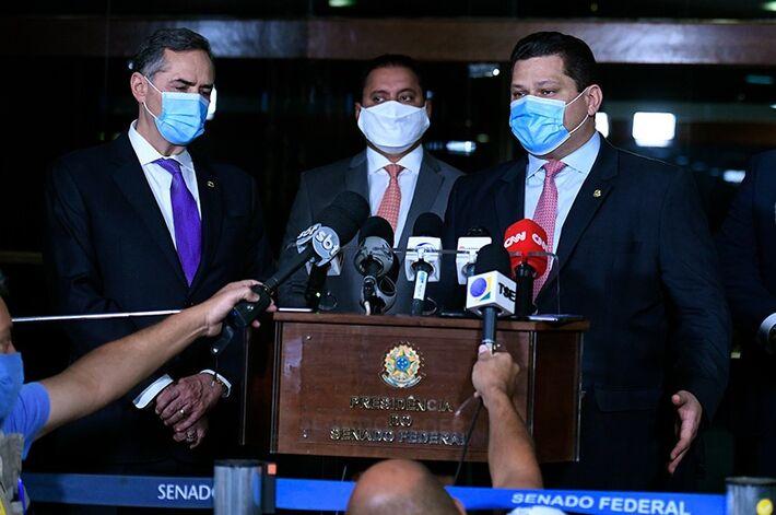 O presidente do Senado, Davi Alcolumbre (à dir.) concede entrevista coletiva ao lado do presidente do TSE, Luís Roberto Barroso (à esq.) e do senador Weverton