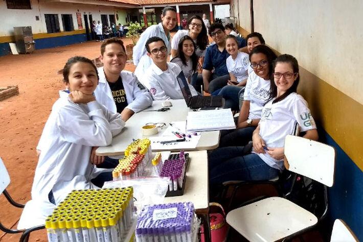 Equipe de pesquisa coordenada pela professora Simone Simionatto, em atividade na Reserva Indígena de Dourados