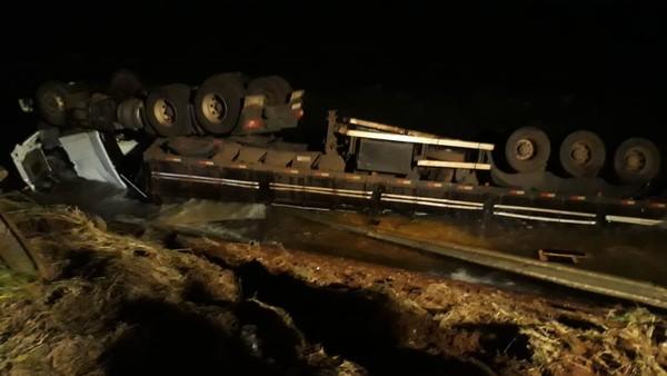 Caminhão caiu no rio Paraná, em MS