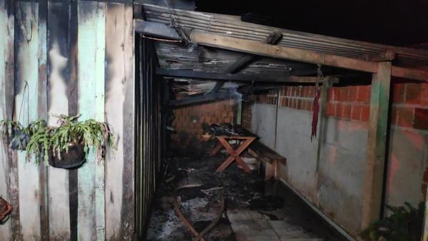 Imóvel teve 70% da estrutura destruída pelas chamas