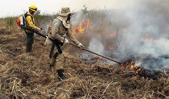 Bombeiros em ação no combate aos incêndios na Fazenda Brasil Fronteira, entre Corumbá e Porto Murtinho